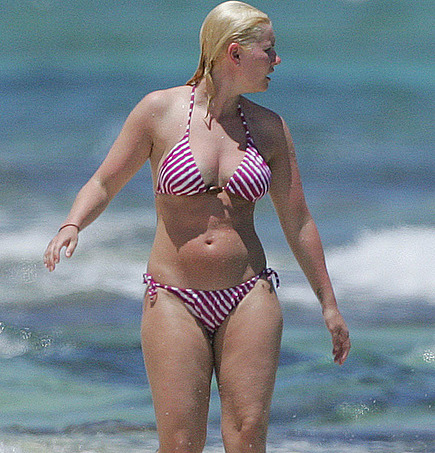 Elisha Cuthbert out from hibernation