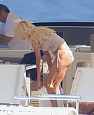 Victoria Silvstedt flashes her ass crack