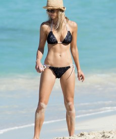 Elin Nordegren Looking Sexy In Her Bikini.