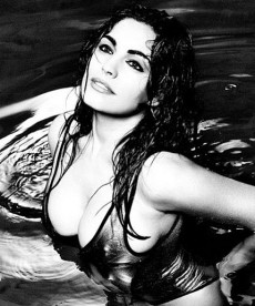 Kelly Brook Is Soaking Wet And Oh So Sexy