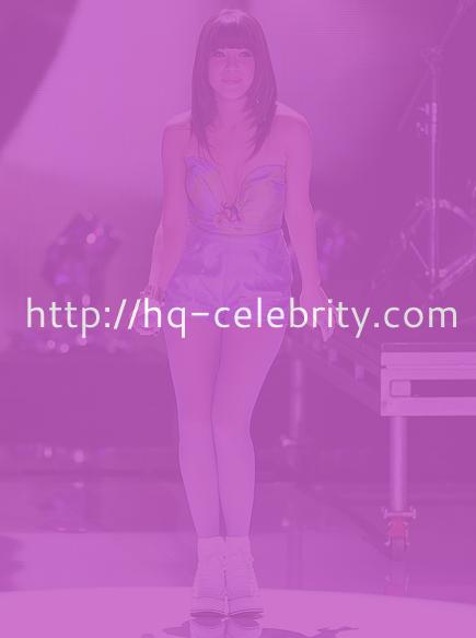 Carly Rae Jepsen shows off her legs at the 2012 Teen Choice Awards