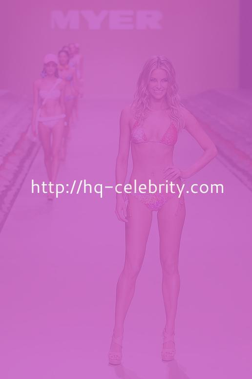 Jennifer Hawkins Heats Up The Runway