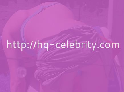 tn selena gomez 33 Selena Gomez looks gorgeous in her bikini