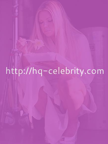 Sophie Monk shares her dinner with a dog