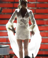 Carrie Underwood sings in American Idol finale