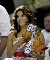 Eva Longoria bares shoulders for San Antonio Spurs