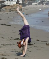 Phoebe Price does a Fergie cartwheel