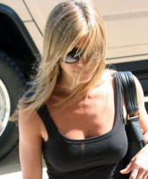 Jennifer Aniston shows boobs