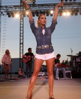 Jessica Simpson sings in country threads