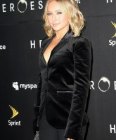 Hayden Panettiere squeezes out a cleavage