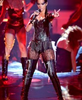 Rihanna performs on MTV VMA