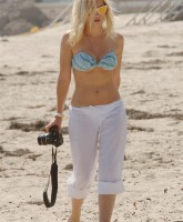 Elisha Cuthbert playing Paparazzi herself