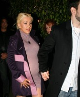 Preggy Christina Aguilera dines out