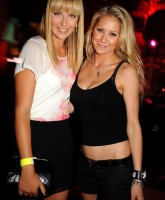 Maria Sharapova and Anna Kournikova pose prettily