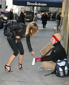 Carmen Electra gives Money to a Panhandler