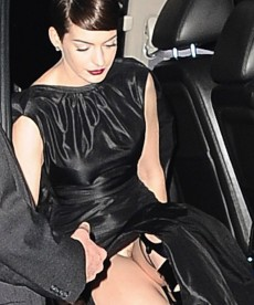 Anne Hathaway Flashes Vag At The Les Miserables Premiere.